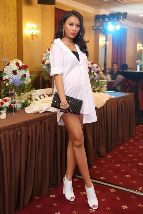 Khó có thể tin Diệu Huyền đang mang thai ở tháng thứ 8 khi nhìn bức ảnh này. Khi xuất hiện tại 1 sự kiện, nữ người mẫu vẫn trung thành với phong cách quyến rũ, năng động và đi giày cao gót.