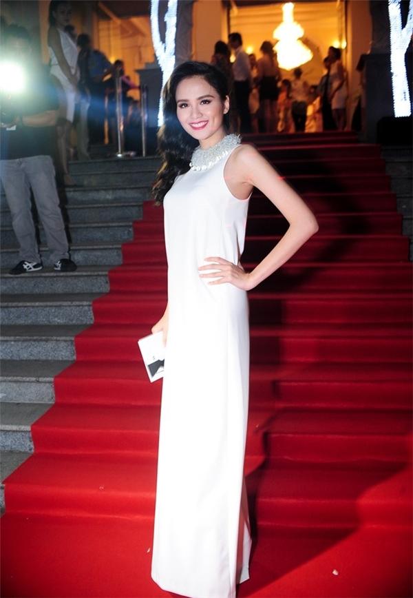 Diễm Hương cũng có lựa chọn tương tự đàn chị Hà Kiều Anh.
