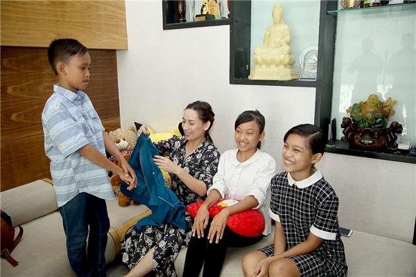 """""""Cậu bé đám cưới"""" đang gây """"bão"""" trên sóng truyền hình được mẹ Phi Nhung mua tặng quần áo và sách vở mới. Cậu bé vừa có buổi gặp gỡ và làm quen cùng hai người chị nuôi trong gia đình mang tên Phi Nhung."""