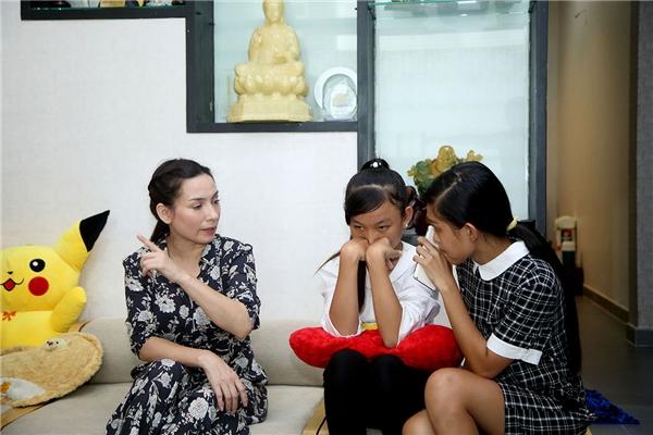 Thiêng Ngân năm nay 13 tuổi, là chị lớn của bađứa em trong một gia đình nghèo. Có thể nói chính từ giây phút định mệnh được gặp gỡ ca sĩ Phi Nhung, cuộc đời Thiêng Ngân đã lật sang một trang khác.