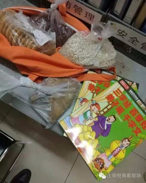Con gái cô ước được ăn đùi nhưng cô không đủ tiền mua chúng.