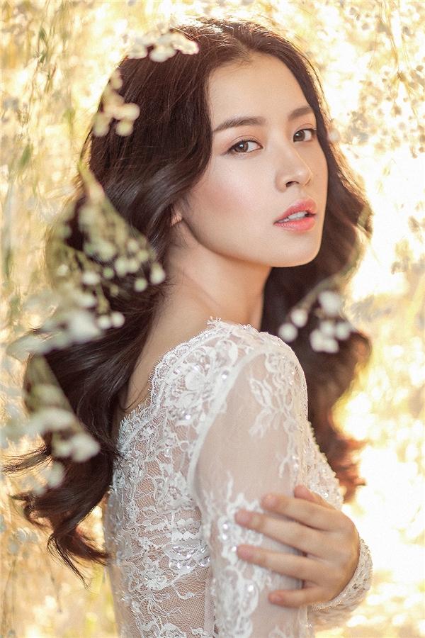 Mái tóc uốn xoăn bồng bềnh kết hợp kiểu trang điểm nhẹ nhàng làm nổi bật những đường nét thanh tú trên gương mặt của nữ diễn viên. Đây cũng là xu hướng trang điểm cô dâu được ưa chuộng nhất trong mùa mốt năm nay.