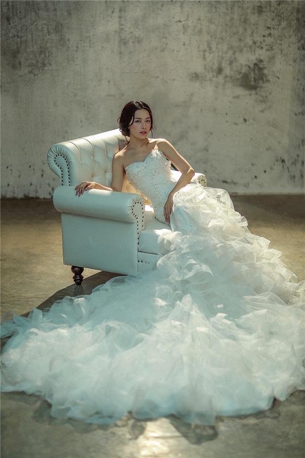 Thiết kế cúp ngực với phần đuôi gồm nhiều lớp voan xếp chồng lên nhau ấn tượng. Khác hẳn với những mẫu váy cưới đơn thuần, thiết kế của Chung Thanh Phong giúp người mặc trở nên sành điệu, quyến rũ hơn bởi cách chăm chút tỉ mỉ cho từng phom váy dạ hội.