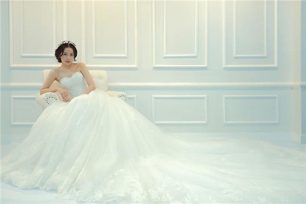 Chi Pu lộng lẫy như công chúa khi diện phom váy xòe cúp ngực kinh điển. Kĩ thuật xử lí chất liệu, ghép nối hoàn toàn bằng phương pháp thủ công chính là điểm nhấn thú vị trong các thiết kế của Chung Thanh Phong.
