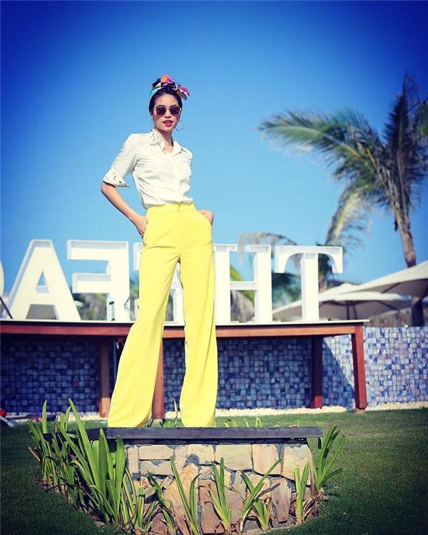 Hiện tại, Hoa hậu Hoàn vũ Việt Nam 2015 đang có mặt tại Nha Trang cùng Hồ Ngọc Hà, Lan Khuê để ghi hình cho một vài thử thách của mùa giải năm nay. Những hình ảnh của chuyến đi này được người đẹp 25 tuổi liên tục chia sẻ trên trang cá nhân.