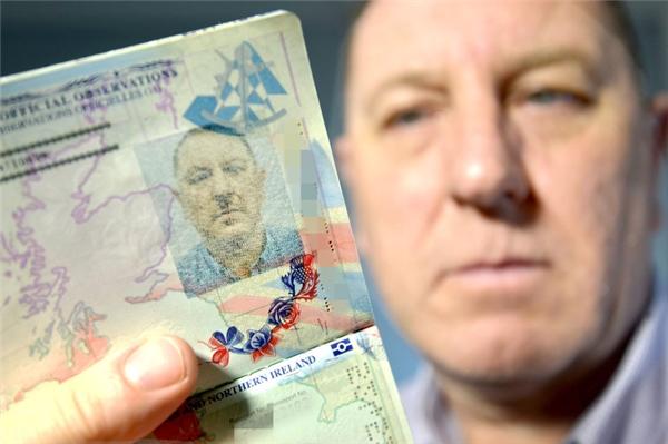 Stuart Boyddở khóc dở mếu khi phát hiện ảnh trên hộ chiếu của mình giống hệt Hitler.