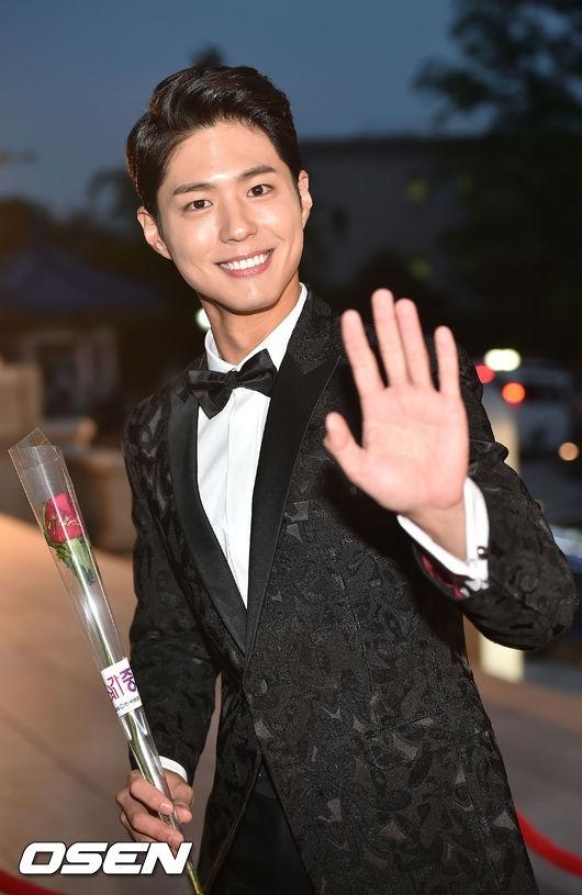"""Vẫn là nụ cười tươi rói ấy, nam diễn viên Park Bo Gum đã nhanh chóng """"đốn tim"""" truyền thông và khán giả có mặt tại thảm đỏ."""