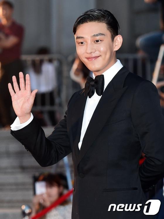 Một trong những ngôi sao được mong đợi nhất đêm nay, Yoo Ah In xuất hiện với vẻ ngoài điển trai khó cưỡng. Anh là ứng cử viên sáng giá của hạng mục Nam diễn viên xuất sắc nhất của Lễ trao giải Baeksang lần thứ 52.