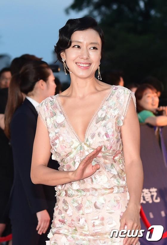 Dù năm nay đã bước sang tuổi 43 nhưng Jeon Do Yeon vẫn rất trẻ trung và xinh đẹp. Dù vắng bóng màn ảnh nhỏ nhưng sự nghiệp điện ảnh của cô vô cùng rực rỡ.