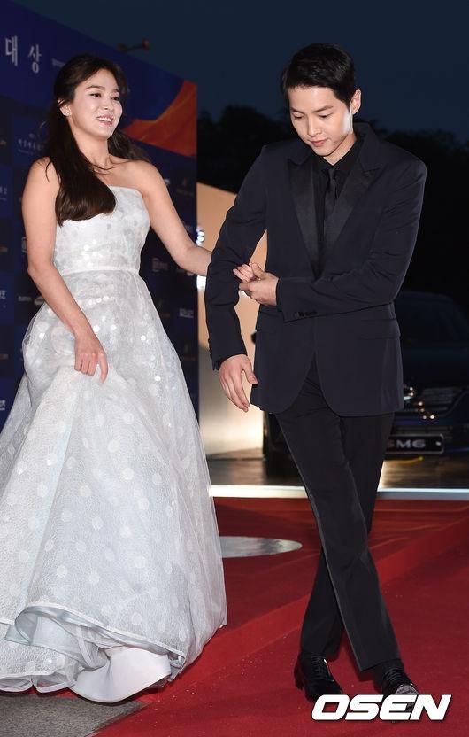 Cặp đôi Hậu duệ Mặt Trời đẹp đôi sánh vai trên thảm đỏ Baeksang
