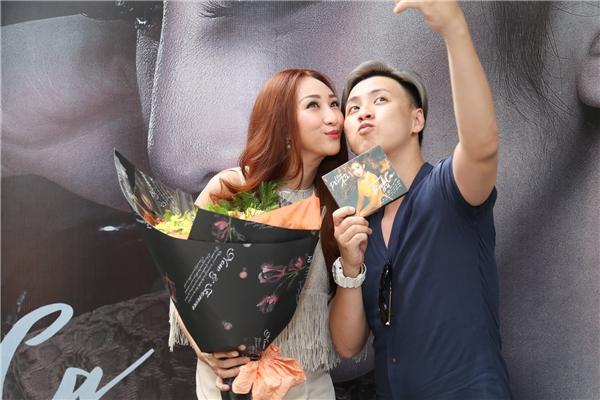 """NTK Văn Thành Công """"tự sướng""""cùng Lều Phương Anh trong buổi ra mắt."""