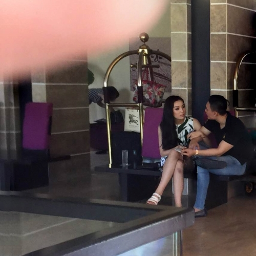 Hoa hậu Việt Nam 2014vô tư khoác tay và tựa đầu vào vaibạn trai một cách thoải mái. - Tin sao Viet - Tin tuc sao Viet - Scandal sao Viet - Tin tuc cua Sao - Tin cua Sao