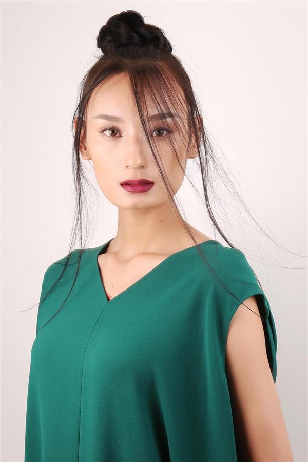 Với nguồn cảm hứng đến từ vẻ đẹp của mùa hè, Nam Trung muốn tôn vinh nét đẹp lãng mạn, ngọt ngào nhưng không kém phần ấn tượng. Phần mắt sẽ sử dụng bột màu để mang đến vẻ ngoài mềm mại.