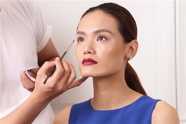 Nam Trung sẽ tô điểm trực tiếp trên phần lông mi thật của người mẫu mà không sử dụng mi giả để thể hiện sự tự nhiên, thuần khiết nhất có thể.