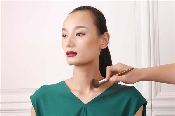 Để gương mặt người mẫu trở nên sáng, thu hút và bắt đèn sân khấu hơn, kỹ thuật tạo highlight sẽ được áp dụng.