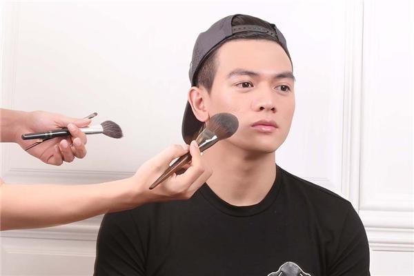 Lê Xuân Tiền và kiểu trang điểmdành cho người mẫu nam.