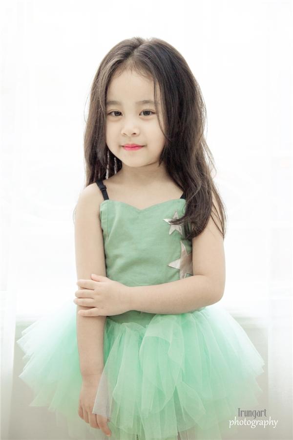 """Cô bé sở hữu gương mặt xinh như """"thiên thần"""" này đang làm xôn xao cộng đồng mạng. (Ảnh: Trung Art)"""