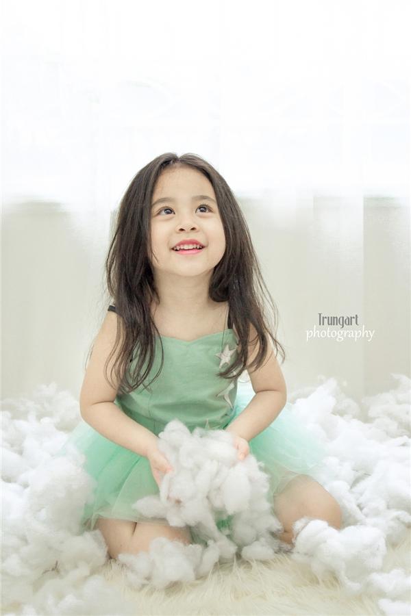 Tiểu thiên thần sở hữu vẻ ngoài xinh như búp bê