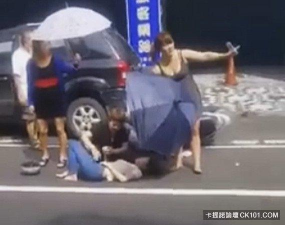 Nhóm phụ nữ đội nắng 42 độ đứng che ô cho một người bị tai nạn trong lúc chờ xe cấp cứu