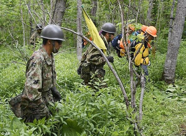 75 thành viên lực lượng phòng vệ Nhật Bản cùng 200 cảnh sát đã tham gia tìm kiếm cậu bé.