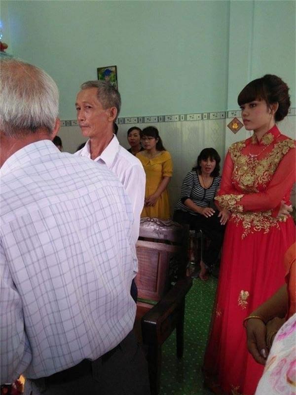 Không có chú rể nhưng đám cưới vẫn được diễn ra trong sự chúc phúc của hai bên gia đình.