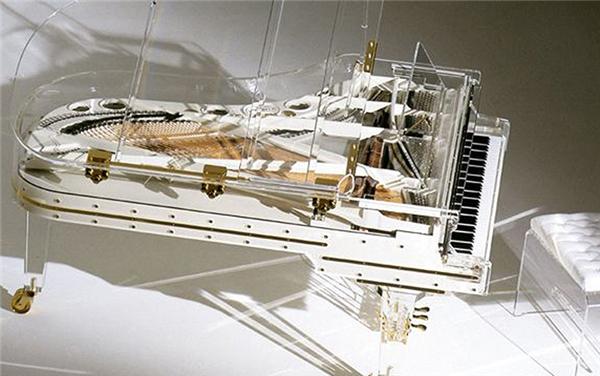 Đàn piano pha lê này đã được sử dụng trong Olympic Bắc Kinh. Nó đã được mua tại cuộc đấu giá với kỷ lục 3.220.000 đôla Mỹ!