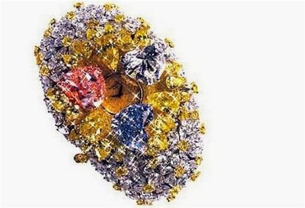 Đồng hồ cực kỳ đắt tiền của C. là một đồng hồ đeo tay cao cấp đính 874 viên kim cương.
