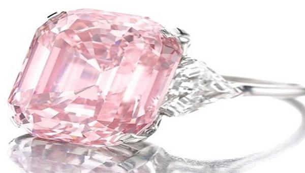 Viên kim cương hồng nổi tiếng thường được so sánh với màu hồng rượu sâm banh. Tỷ phú người Anh Laurence Graff đã mua viên kim cương 24 carat tại cuộc đấu giá của Sotheby, với giá 46.000.000 đôla