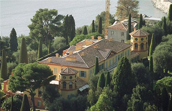 Villa Leopolda là căn biệt thự lộng lẫy nằm tại thị trấn Villefranche-sur-Mer, Pháp. Căn nhà hiện có giá 506 triệu đôla, là dinh thự đắt nhất tại châu Âu. Villa Leopolda được vua Leopold II của Bỉ xây dựng vào năm 1902. Dinh thự có 11 phòng ngủ và 14 phòng tắm này từng được đồn là thuộc sở hữu của tỷ phú Bill Gates.