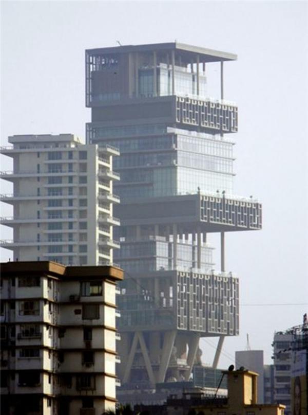 Thuộc sở hữu của tỷ phú Ấn Độ Mukesh Ambani, tòa nhà 34 tầng này được thiết kế để chịu được động đất, và nó chứa ba sân đỗ trực thăng và nhà để xe chứa 160 xe ô tô.