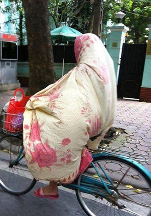 Trùm chăn thế này vừa chống nắng vừa chống... tai nạn, vì ai thấy chị cũng né xa xa mà.