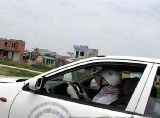 Dù là ngồi xe hơi thì cũng vẫn phải tránh nắng bằng mọi giá.