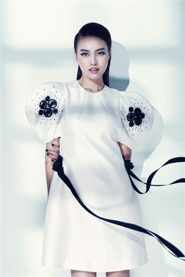 Nữ diễn viên diện thiết kế với sắc trắng tinh khôi làm chủ đạo. Bộ váy được tạo điểm nhấn bởi cách dựng phom 3D, đường cắt tinh tế, tỉ mỉ cùng những chi tiết đính kết với sắc đen tương phản.