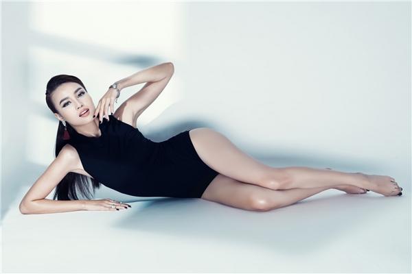 Nữ diễn viên khoe đường cong quyến rũ cùng đôi chân thon dài trong thiết kế bodysuit gợi cảm. Đây cũng là một trong những trang phục đang lên ngôi trong mùa mốt Xuân - Hè năm nay.