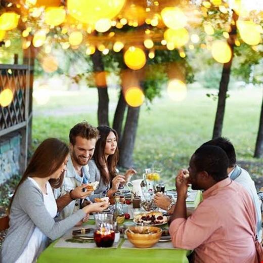 Khi ngồi cùng bàn với nam giới, phụ nữ sẽ ăn ít đi nhưng đàn ông sẽ ăn nhiều hơn so với bình thường.