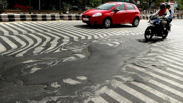 Mặt đường gần bệnh viện Safdarjung tại thủ đô New Delhi biến dạng ngày 26/5.
