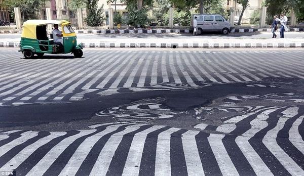 Sự thay đổi tình trạng bề mặt đường khiến các vạch sơn thẳng hàng trở nên biến dạng.
