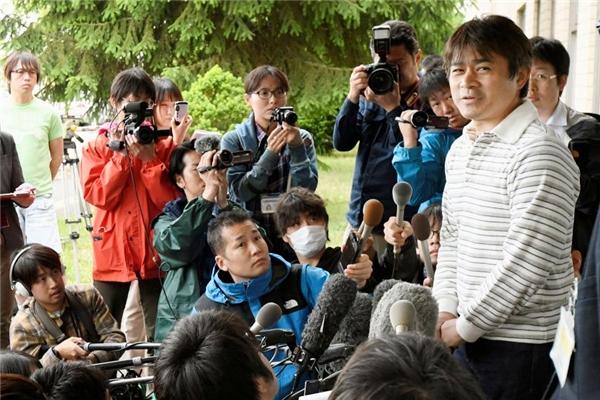 Anh Takayuki Tanooka không giấu được sự hối hận lẫn xúc động sau khi gặp lại con trai.(Ảnh: Internet)