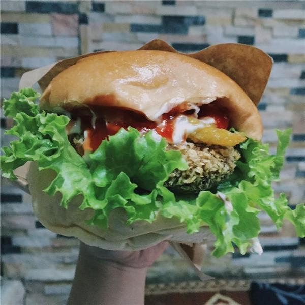 """Hamburger cỡ """"bự"""" mà có giá rẻ đến """"ngỡ ngàng"""" – chỉ 15.000 đồng/chiếc. (Ảnh: Internet)"""