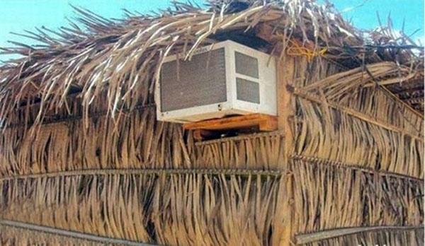 12. Nghèo thì nghèo, nóng thế này cứ phải có điều hòa mới sống nổi chứ.