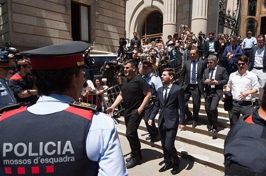 Ngay sau khi xuống xe đến phiên tòa ở Barcelona, Lionel Messi nhận được sự chú ý rất lớn của giới truyền thông và người hâm mộ.