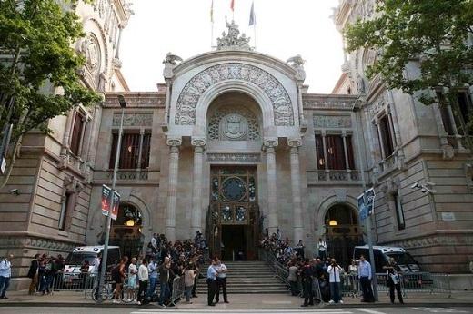 Những người có mặt trước tòa án kêu gọi tiền đạo thuộc biên chế CLB Barca phải trả lại tiền.