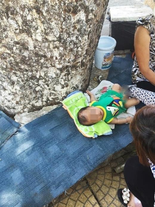 Rất nhiều người đã quyên góp mua tặng bỉm sữa, áo quần cho em bé. (Ảnh: Internet)