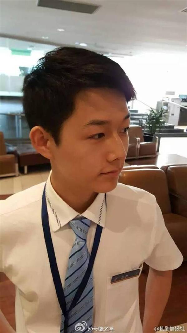 Náo loạn vì chàng tiếp viên hàng không giống hệt Song Joong Ki