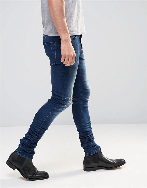 Tuy nhiên, theo giải thích từ phía thương hiệu bán lẻ, lí do chiếc quần có chiều dài kinh khủng như vậy là để khi mặc và kéo lên sẽ tạo nên những nếp gấp ở phần ống bên dưới trông thú vị. Nhưng một số khách hàng vẫn không đồng ý và cho rằng chiều dài của chiếc quần đã quá khổ so với chiều cao trung bình khiến họ khó có thể mặc đẹp như người mẫu trong ảnh.