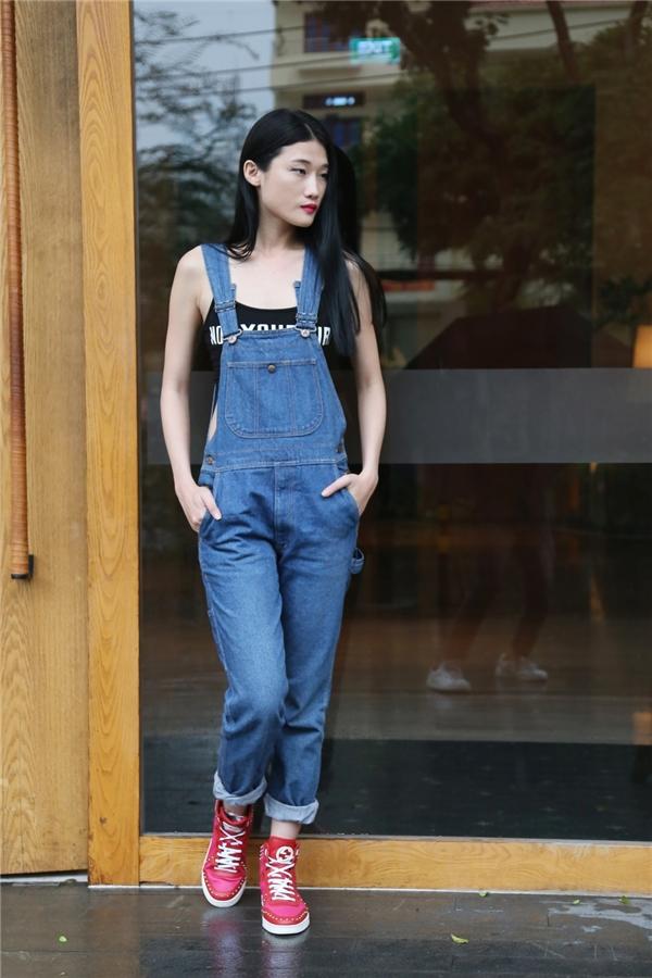 Kha Mỹ Vân diện quần yếm jeans denim cổ điển phối bra-top hợp xu hướng.