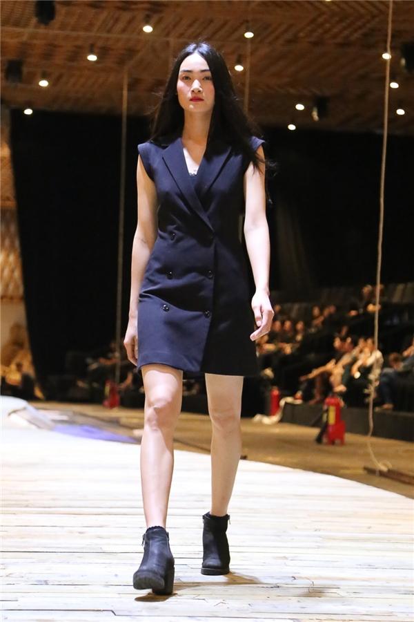 Thùy Trang vừa trở về từ kinh đô thời trang Paris cũng được Đỗ Mạnh Cường lựa chọn trình diễn tại Countryside.