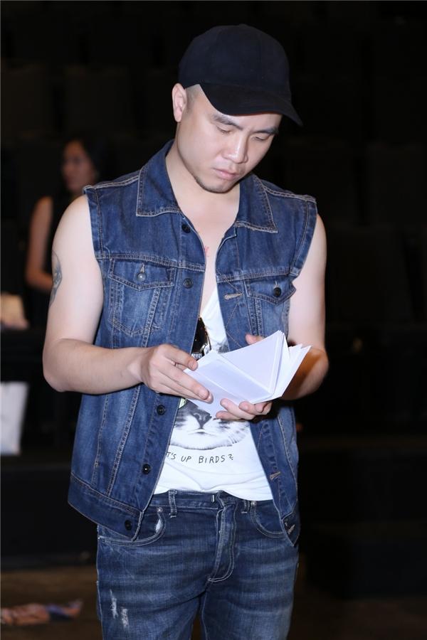Đỗ Mạnh Cường diện cây jeans trẻ trung, năng động. Trong suốt buổi tập luyện, anh không rời mắt khỏi sàn diễn và những bước đi của các người mẫu.