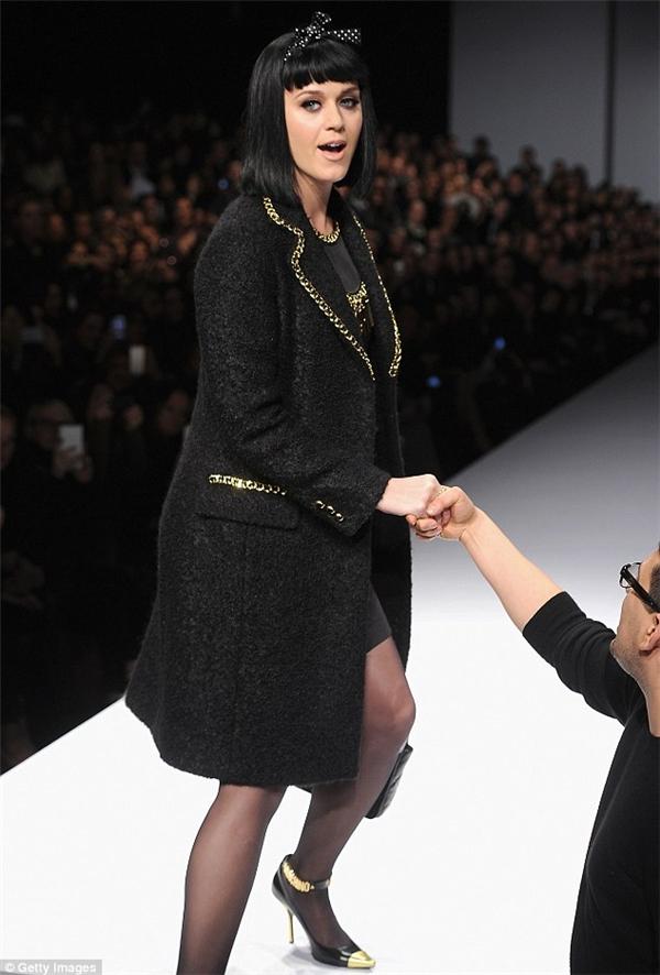 Năm 2014, khán giả la ó và phản đối khi Katy Perry đi trễ đến 50 phút khi tham dự một show thời trang. Là một trong những ngôi sao đình đám của thế, sự cố này ít nhiều ảnh hưởng đến tên tuổi và cách nhìn của khán giả với cô. Katy Perry phải nhanh chóng di chuyển vào bên trong và ngồi đúng vị trí được định sẵn.