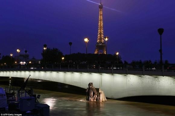Nước sông Seine đang ngày một dâng cao khiến giao thông tại Kinh đô ánh sáng hoàn toàn bị phong toả.